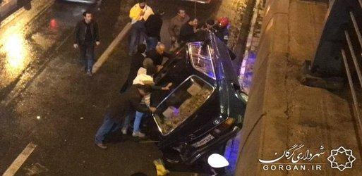 خدمات امدادی آتشنشانی در حادثه واژگونی خودرو شب گذشته در گرگان