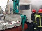 آتش سوزی یک دستگاه جرثقیل پس از برخورد با دیوار