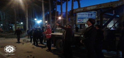 حضور رئیس و اعضای مدیریت بحران شهر گرمه در محل سقوط درخت در خیابان انقلاب