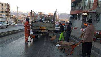 تنظیف محوطه آپارتمانیهای مسکن مهر بهاران توسط پاکبانان خدوم و زحمتکش شهرداری ناحیه ویژه بهاران