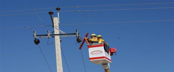 اجرای طرح تعمیرات گروهی زیر نور آفتاب توسط توزیع برق شیراز