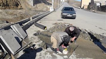 مشکل جاری شدن آب در مسیر آپارتمانهای فراز در بهاران رفع شده است/ برخی رانندگان با شستن خودرو باعث  لغزندگی دراین مسیر می شوند