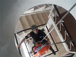 تمرین امداد و نجات آتش نشانان سنندجی حمل مصدوم به داخل چاه به روایت تصویر