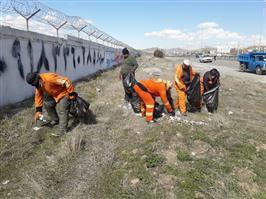جمع آوری و پاکسازی زباله های مسیر ورودی سنندج - کرمانشاه