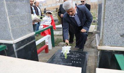 ادای احترام شهردار منطقه ۵ با اهدای گل برمزار شهدای آرامستان بارنج