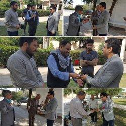 شهردار خرمشهر با اهدا شاخه های گل به میهمانان نوروزی خوش آمد گفت