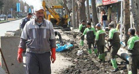 اجرای عملیات لایروبی جوی های آب بولوار طالقانی توسط پرسنل خدوم واحد عمران و خدمات شهر+تصاویر