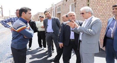 بازدید نماینده مردم زرند در شورای اسلامی و فرماندار این شهرستان از پروژه های اسفالت معابر شهری