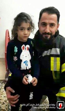 قفل درب و نجات کودک پنج ساله از اتاق خواب منزل مسکونی / آتش نشانی رشت