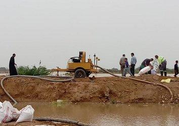 توسط شرکت آب و فاضلاب شهری استان مرکزی انجام عملیات بای پس و رفع گرفتگی شبکه های فاضلاب  در مناطق آسیب دیده از سیل استان خوزستان