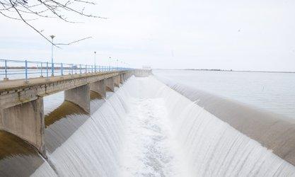کاهش آب سرریز سد وشمگیر با توجه به انحراف آب به آب بندان های شیلات، بنیاد و شهید مدنی