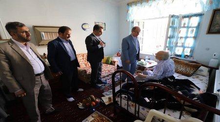 عیادت اعضای شورای اسلامی شهر رشت از محمد صادق امینی کارمند بازنشسته شهرداری رشت
