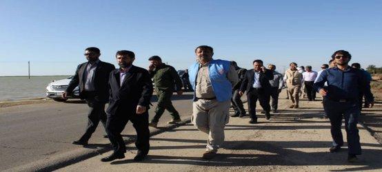 بازدید میدانیِ استاندار و مدیرکل بحران خوزستان از ورود سیلاب به تالاب شادگان