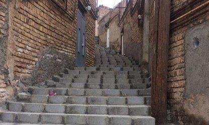 تداوم پروژه اجرای پله گذاری در کوچه های شیبدار منطقه ۱