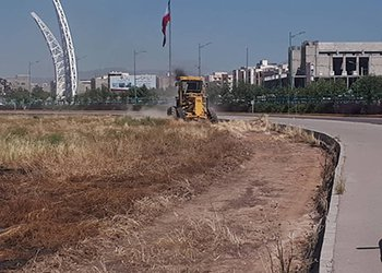 محوطه زمین شقایق برای تامین پارکینگ نمازگزاران عیدفطر آمادهسازی میشود