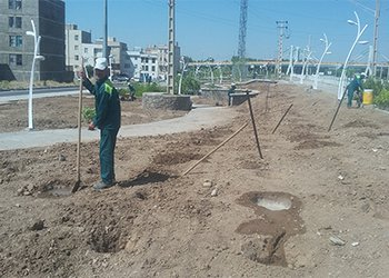 عملیات آماده سازی و احداث فضای سبز فاز ۲ بوستان امام علی(ع) در حال اجراست