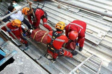 امدادرسانی گروه نجات آتش نشانی به ۲ کارگر سقوط کرده از ارتفاع در مشهد