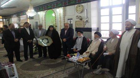 حضور اعضای شورای اسلامی شهر رشت، آیت الله رودباری، شهردار رشت و مدیران شهری در رونمایی از مناره مسجد گلدسته ساغریسازان
