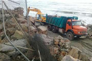 تخریب یک سازه غیرمجاز دریایی در سواحل مازندران