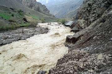رگبار، رعدوبرق، سیلاب ناگهانی و بالا آمدن آب رود خانهها در تعدادی از استانهای کشور