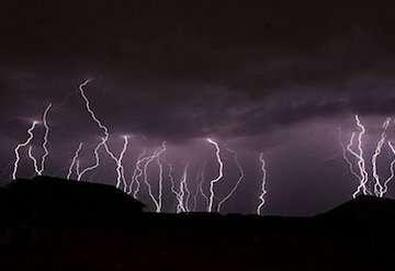 رگبار، رعدوبرق و وزش باد شدید در مناطقی از نیمه جنوبی کشور/ مردم احتیاط کنند