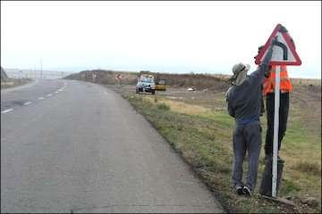نصب بیش از ۹۰۰۰ عدد تابلو وعلائم عمودی درمحورهای آذربایجان شرقی