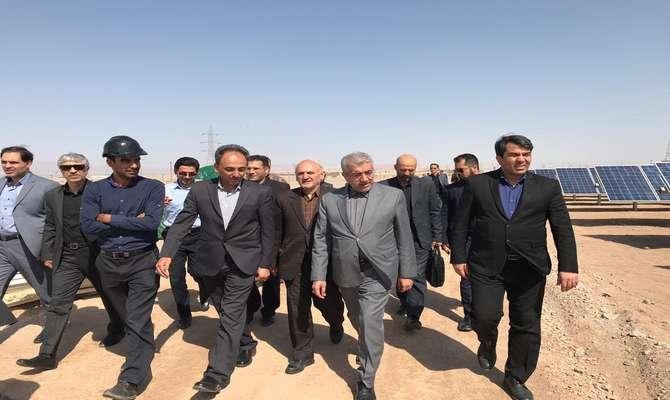 با حضور وزیر نیرو نیروگاه خورشیدی ۱۰ مگاواتی  فهرج در استان یزد افتتاح شد