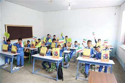 توزیع 3400 بسته آموزشی با مبلغ یك میلیارد ریال در بین دانش آموزان محروم و  سیل زده مازندران