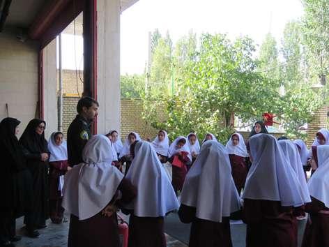 ارائه آموزش اطفاء حریق به دانش آموزان دبستان شهیدان سجادی