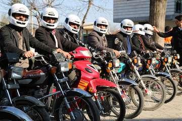 اهدای کلاه ایمنی به راکبان موتورسیکلت  توسط راهداری استان تهران