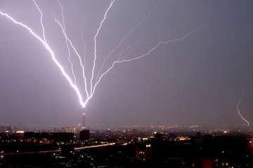 صاعقه، تگرگ، آبگرفتگی معابر و سیلاب ناگهانی در مناطقی از فارس و هرمزگان/ سازمان هواشناسی هشدار داد