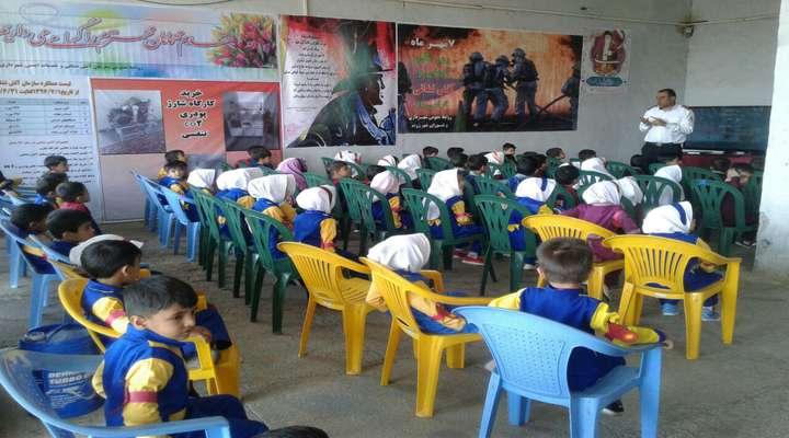 مسعود مومنی رئیس سازمان آتش نشانی و خدمات ایمنی :5000نفر از دانش آموزان و شهروندان طی ده روز مسائل ایمنی و اتش نشانی را فرا گرفتند.