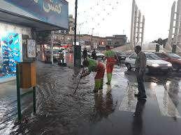 رفع تجمعات آب از معابر سطح شهر توسط پاکبانان و ماشین آلات خدمات شهری