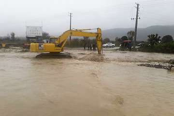 تلاش راهداران برای بازگشایی محورهای حادثه دیده شرق مازندران