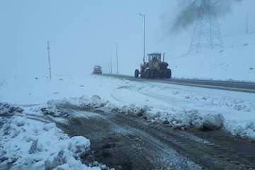 بارش برف موجب کندی تردد خودروها در گردنه اسدلی خراسان شمالی شد