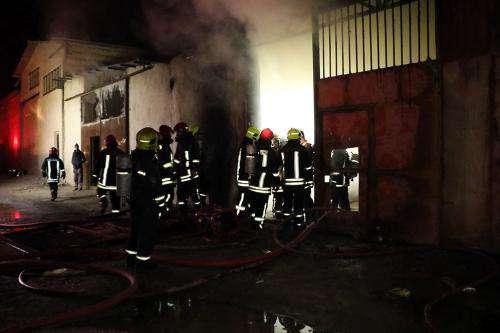 مهار آتش سوزی مهیب انبار مبل در خین عرب مشهد