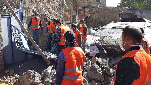 حضور نیروهای واکنش سریع ستاد بحران شهرداری میانه در روستای زلزله زده ورنکش / گزارش تصویری