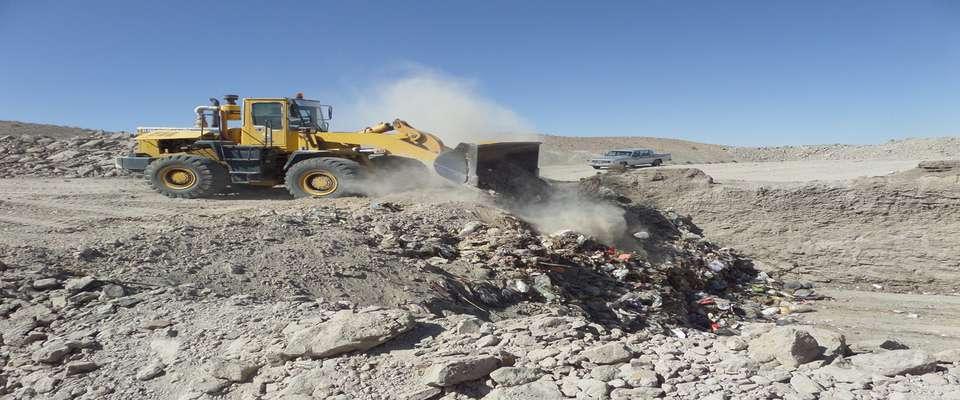 اجرای عملیات دفن بهداشتی زباله های شهری و پاکسازی اراضی پیرامون سایت زباله شهرداری توسط نیروهای شهرداری