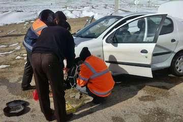 امداد رسانی به خودروهای مانده در برف