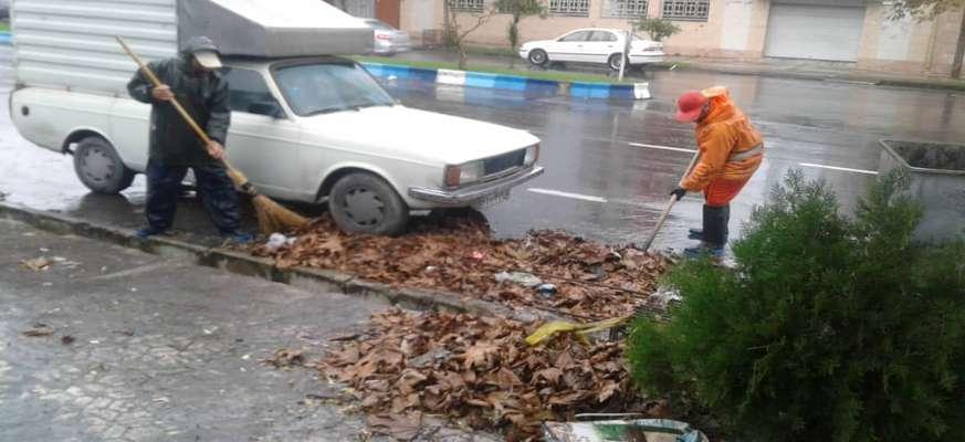 پاکسازی و لایروبی جداول و آب راه های سطح شهر در روزهاي جاری بمنظور پیشگیری از آبگرفتگی خیابانها