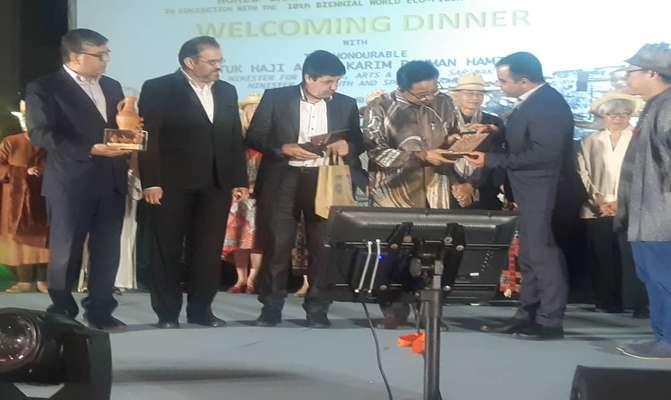اهدا لوح و نشان گلیم سیرجان به وزیر میراث فرهنگی ایالت ساراواک