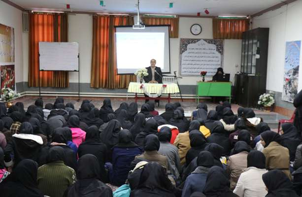 مهندس مهدلو شهردار زرند در دیدار با دانش آموزان دبیرستان ولایت : هراس دشمن از نسل جوان ما باعث شده است تا این بدخواهان به دنبال لطمه زدن به دانش آموزان باشد