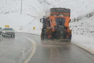 راهداران در محورهای برفگیر مازندران مستقر شدند