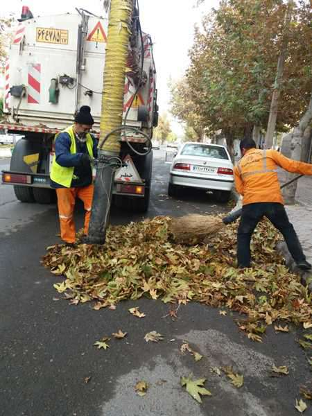 پاکسازی و تنظیف برگهای پاییزی از سطح معابر نواحی چهارگانه خدمات شهری شهرداری خوی