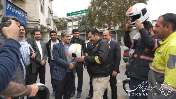 توزیع رایگان کلاه ایمنی بین موتور سواران پاکبان شهرداری گرگان