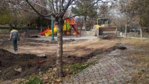 اجرای عملیات زیرسازی زمین بازی کودکان در بوستان باغ ملی توسط شهرداری تفرش