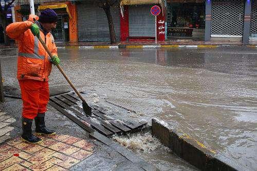 رفع تجمعات آب از معابر سطح شهر با تلاش ۱۷۰۰ نیروی کارگری