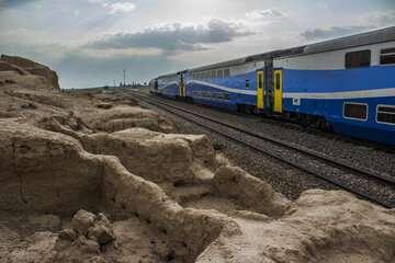 وزیر راه: سرعت قطارهای باری و مسافری باید افزایش یابد