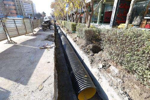 عملیات اجرایی احداث کانال جمع آوری آب های سطحی جدید در معابر پیرامون  ...