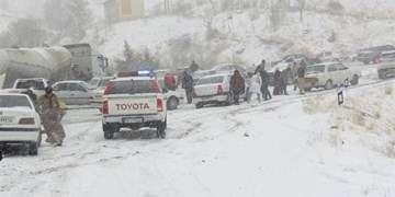 بارش برف و باران در برخی جادههای غرب کشور/کندوان فردا یکطرفه میشود